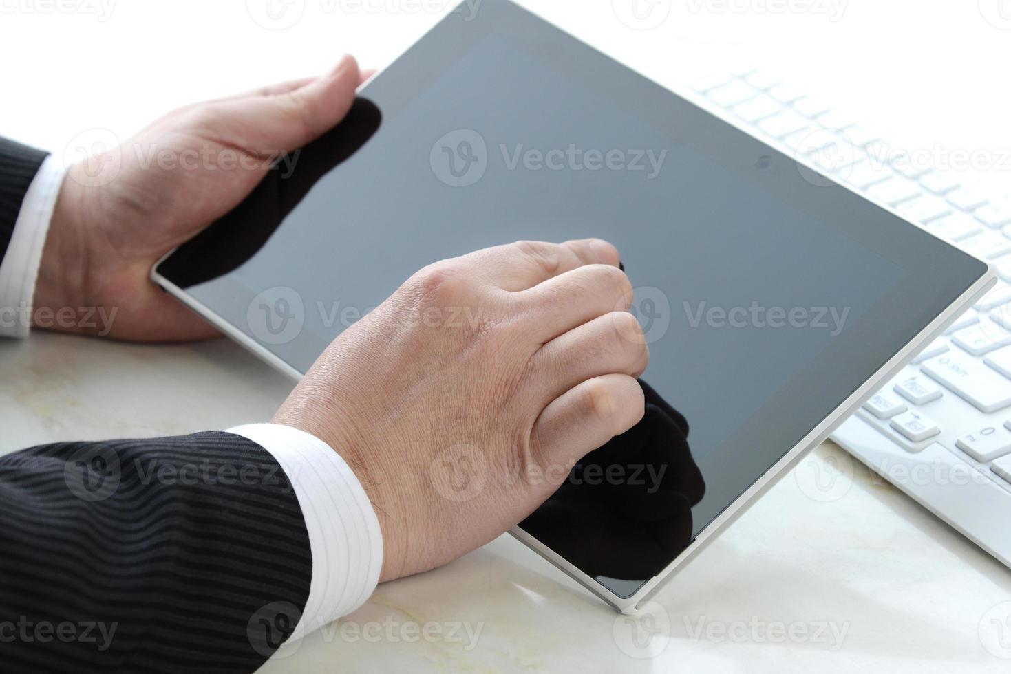 empresário usisng tablet degital foto