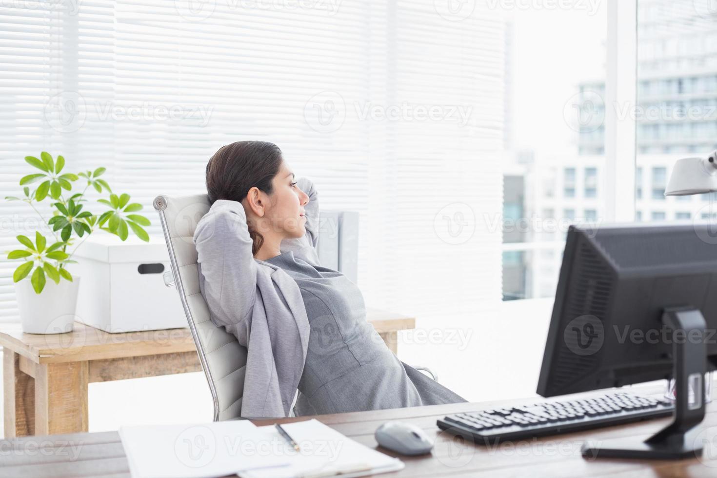 empresária relaxando em uma cadeira giratória foto