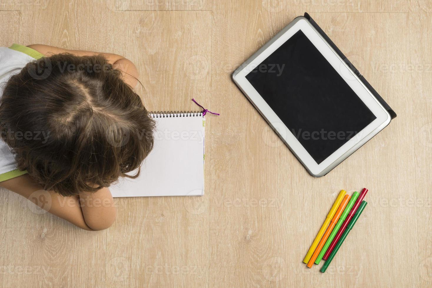 menina fazendo lição de casa foto