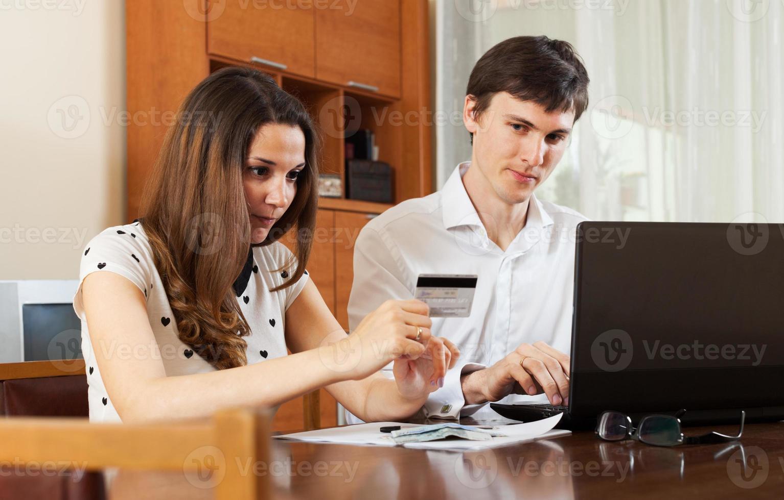 homem com mulher comprando on-line foto