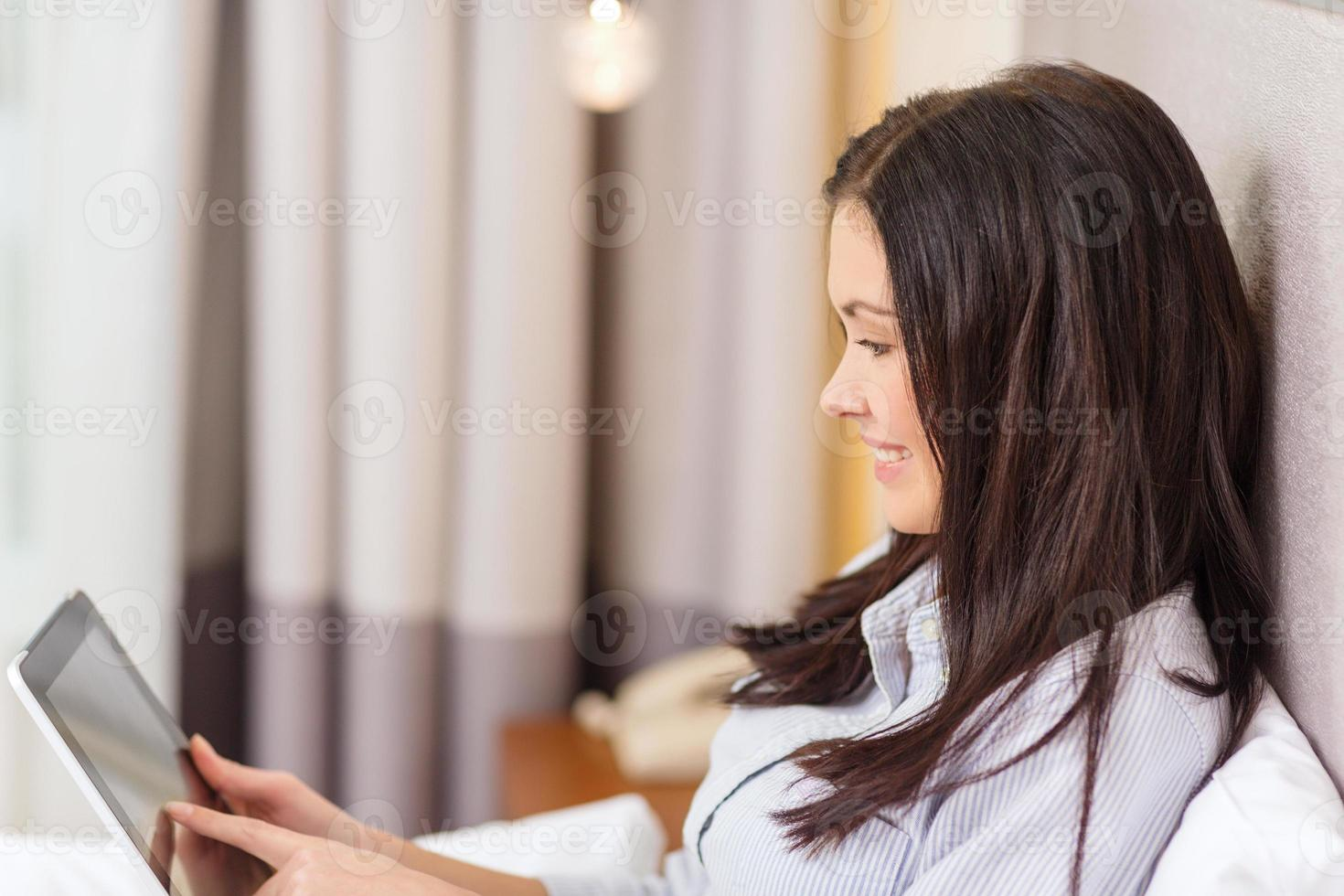 empresária feliz com tablet pc no quarto de hotel foto