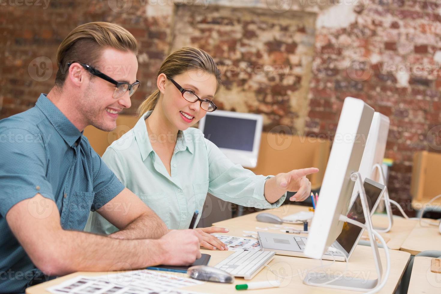 editores de fotos casuais no trabalho no escritório