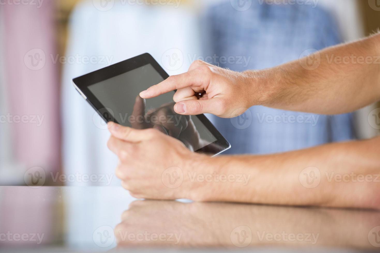 homem com tablet foto