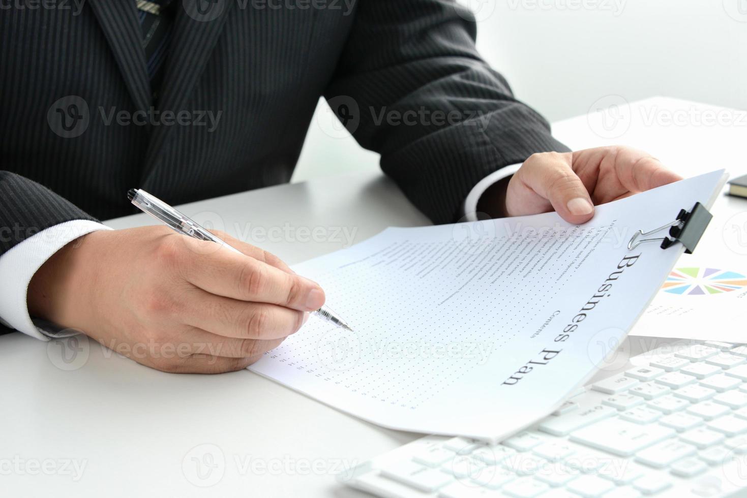 conceitos de negócios, verifique o plano de negócios foto