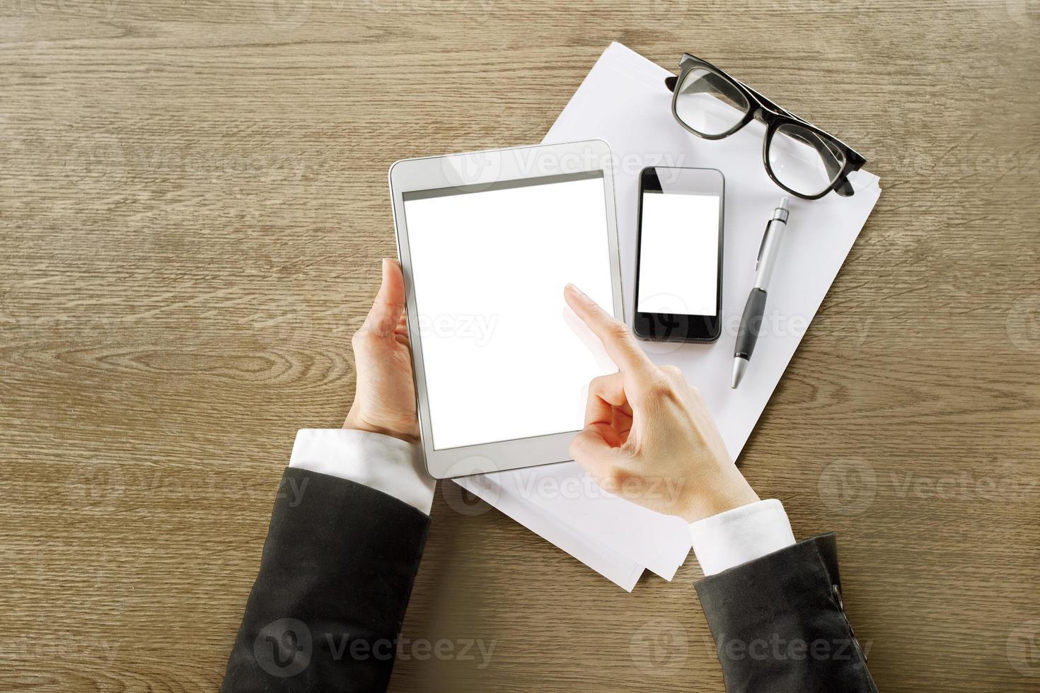 jovem empresária trabalhando com computador tablet digital e telefone inteligente foto