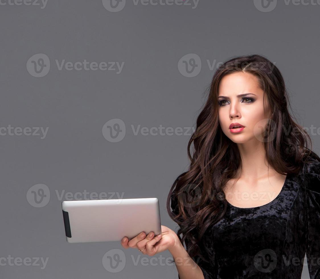mulher triste usando um tablet foto