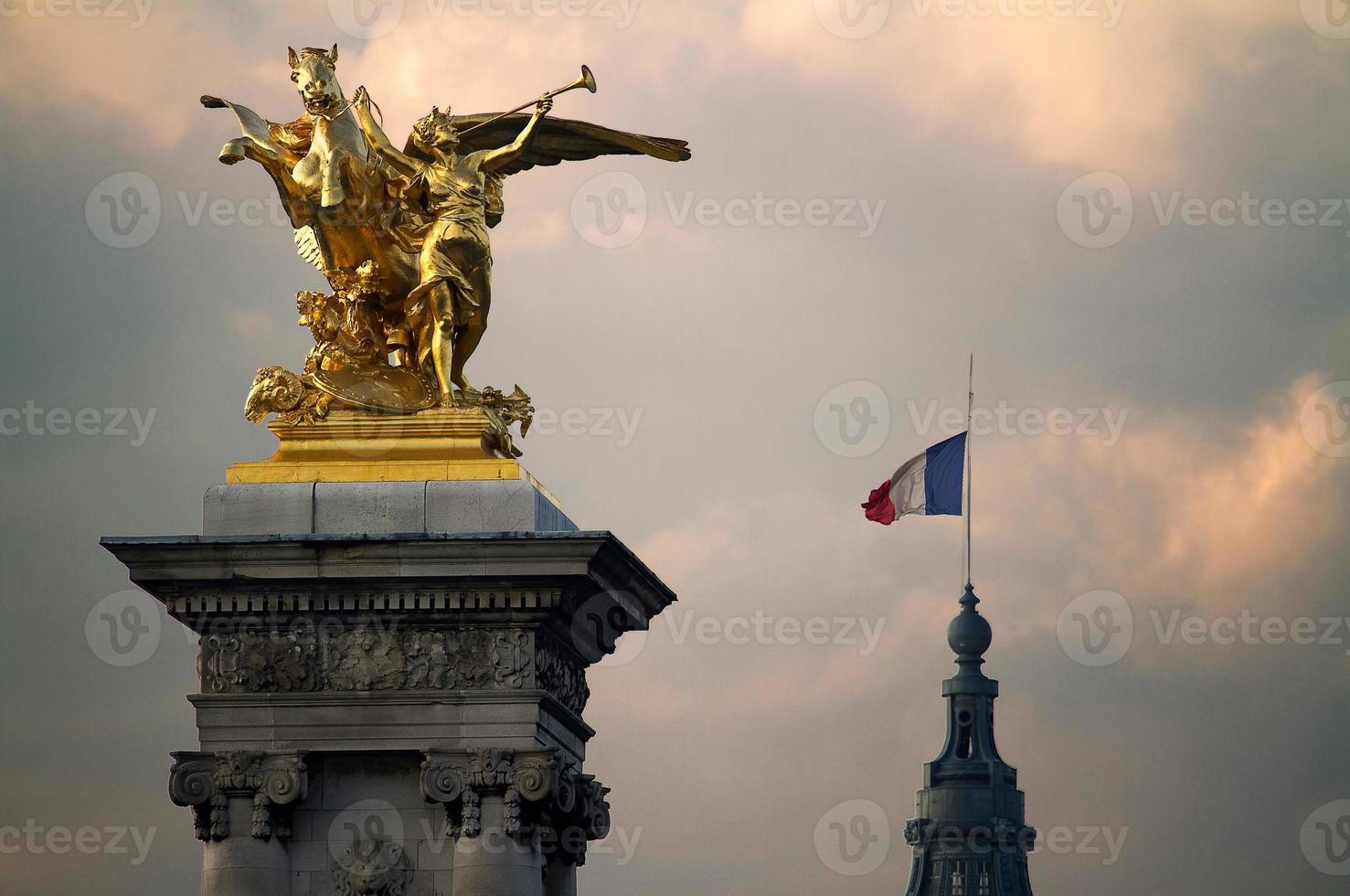 estátuas no pont alexandre iii foto
