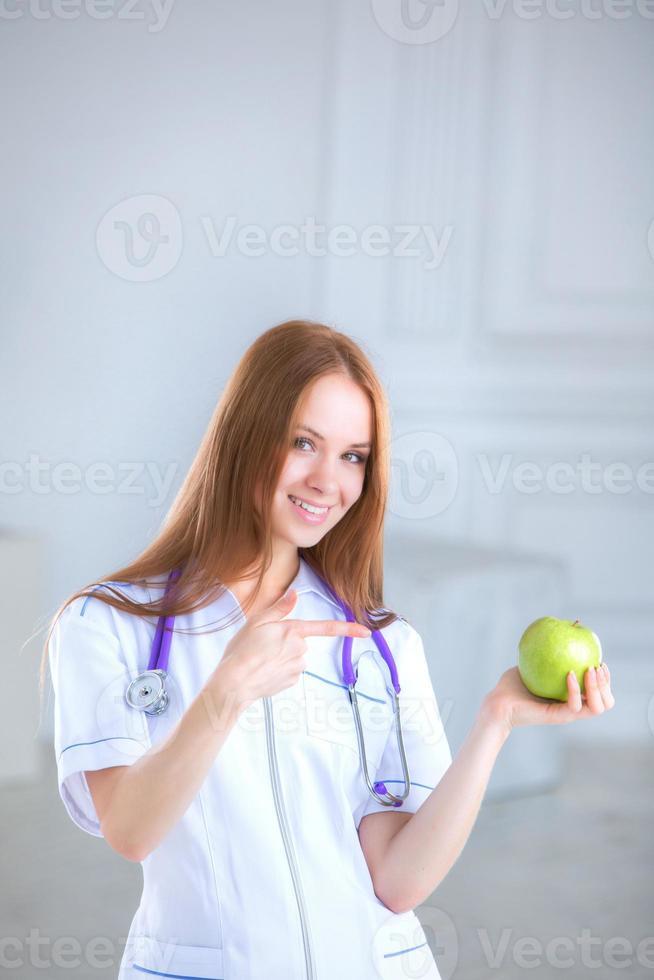 médico segurando uma maçã verde. conceito de comida saudável. foto
