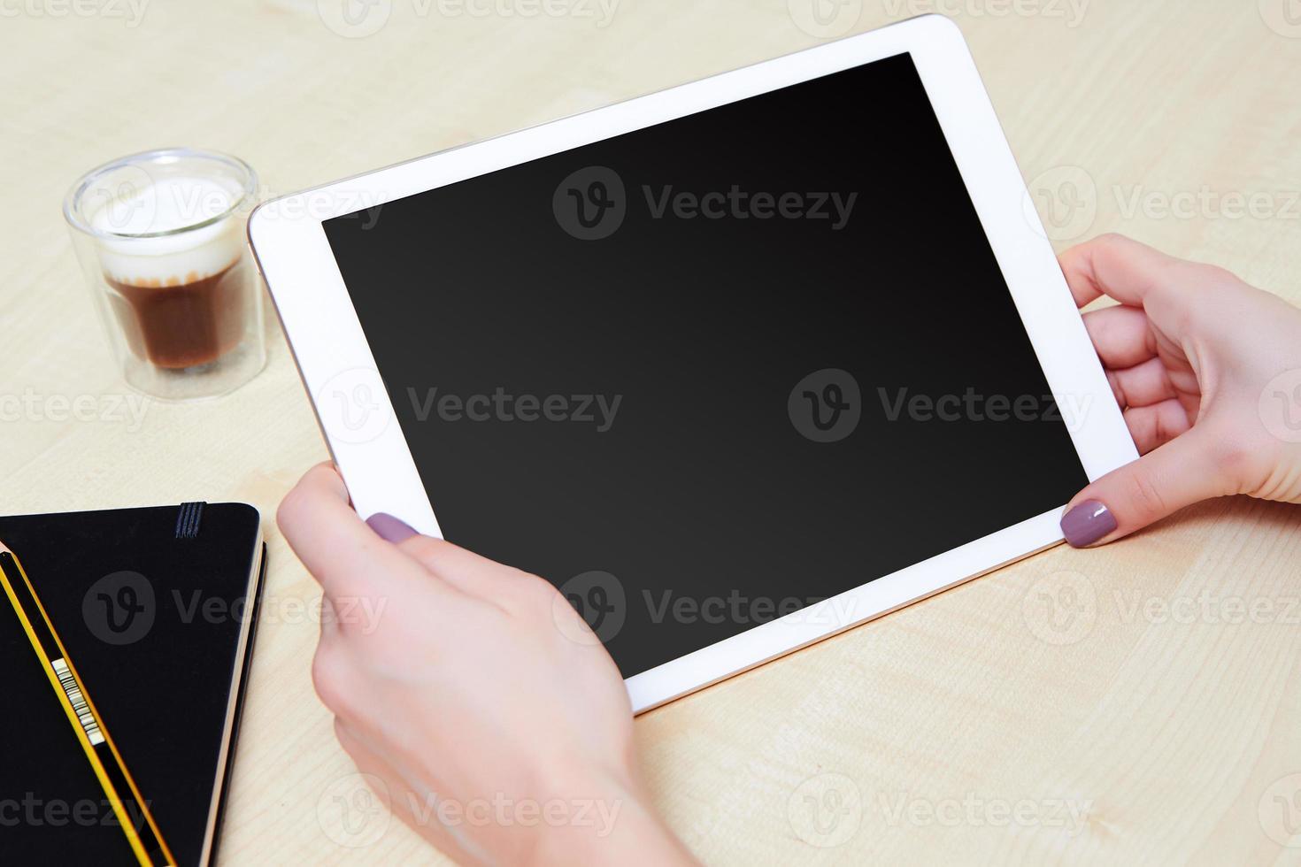 tablet pc nas mãos de uma pessoa foto