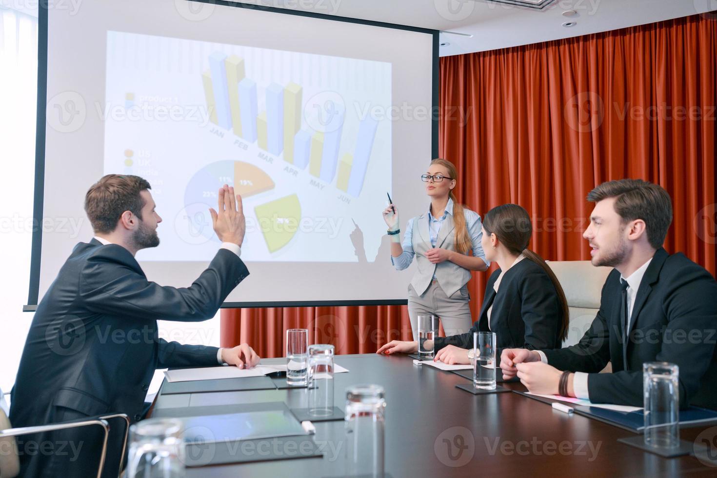 fazendo uma apresentação na reunião foto