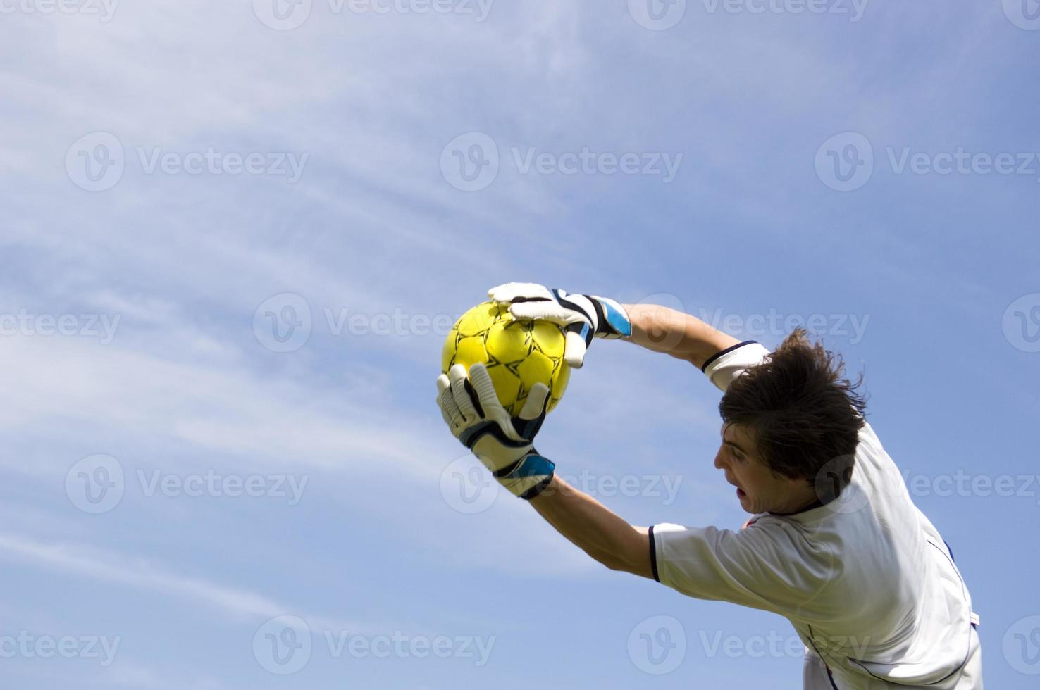 futebol - goleiro de futebol fazendo salvar foto
