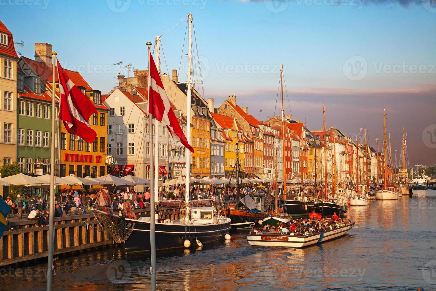 Copenhaga (distrito de Nyhavn) em um dia ensolarado de verão foto