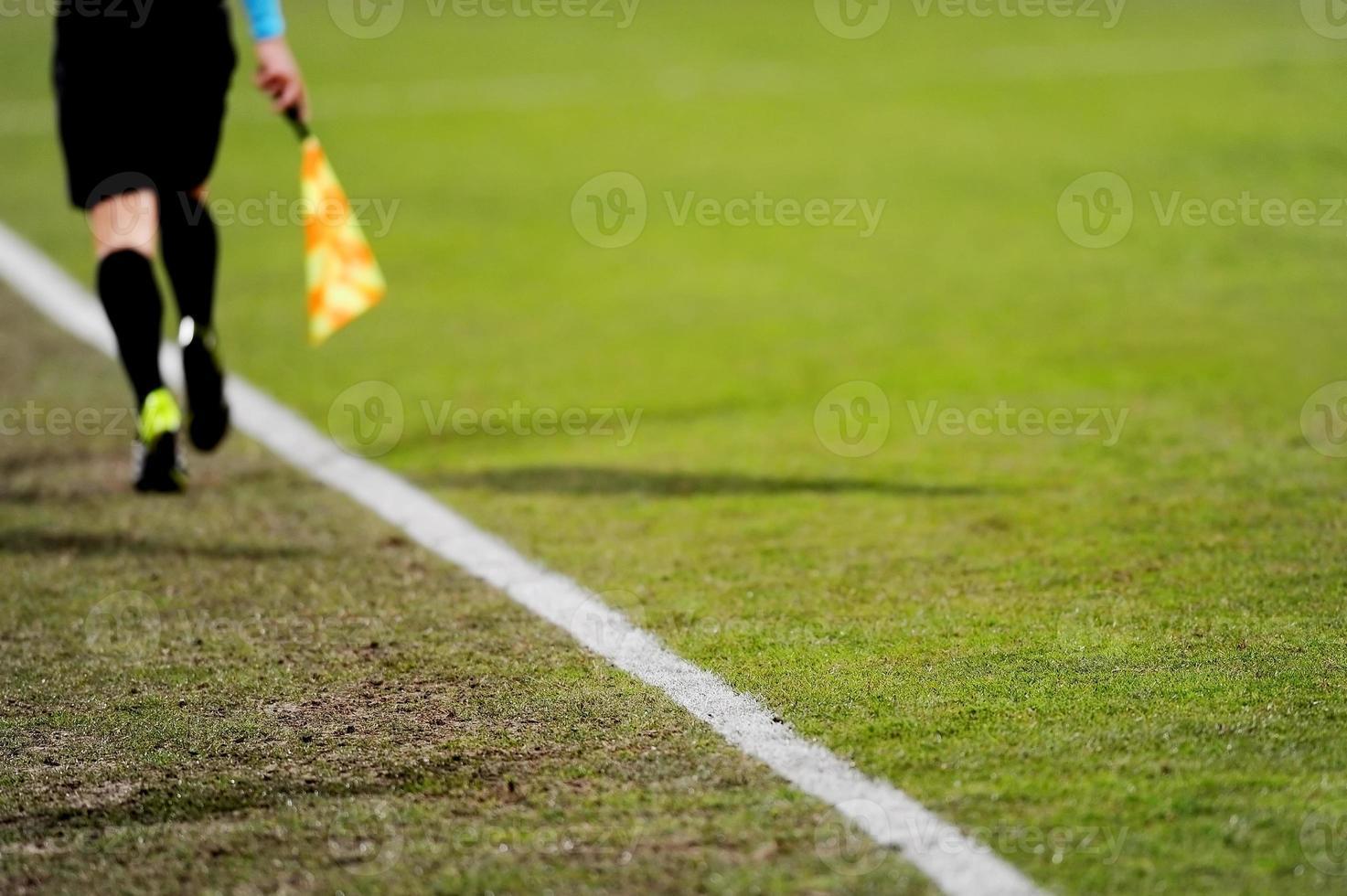 árbitro assistente em ação foto