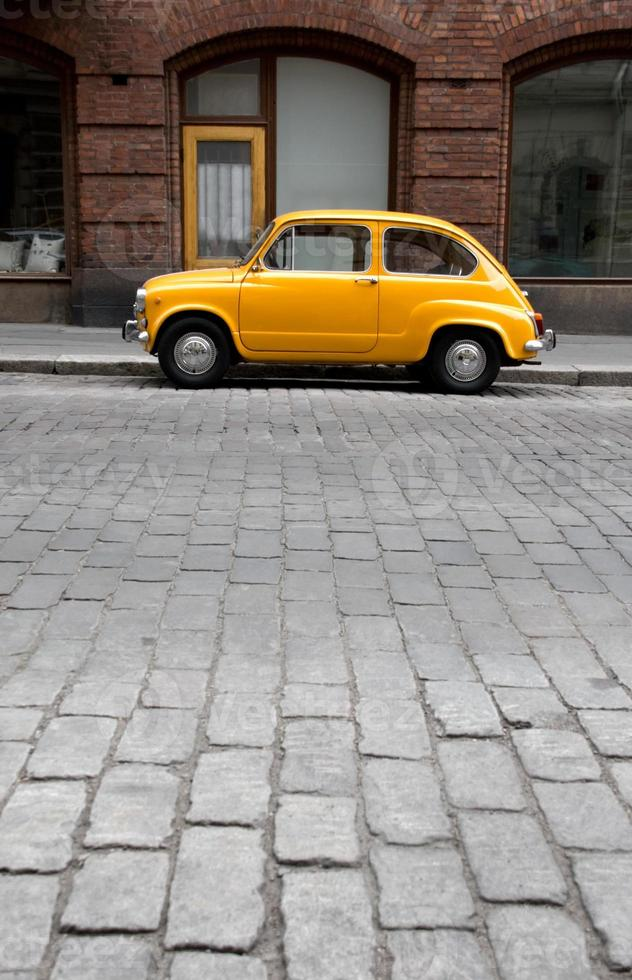 pequeno carro velho na cidade foto