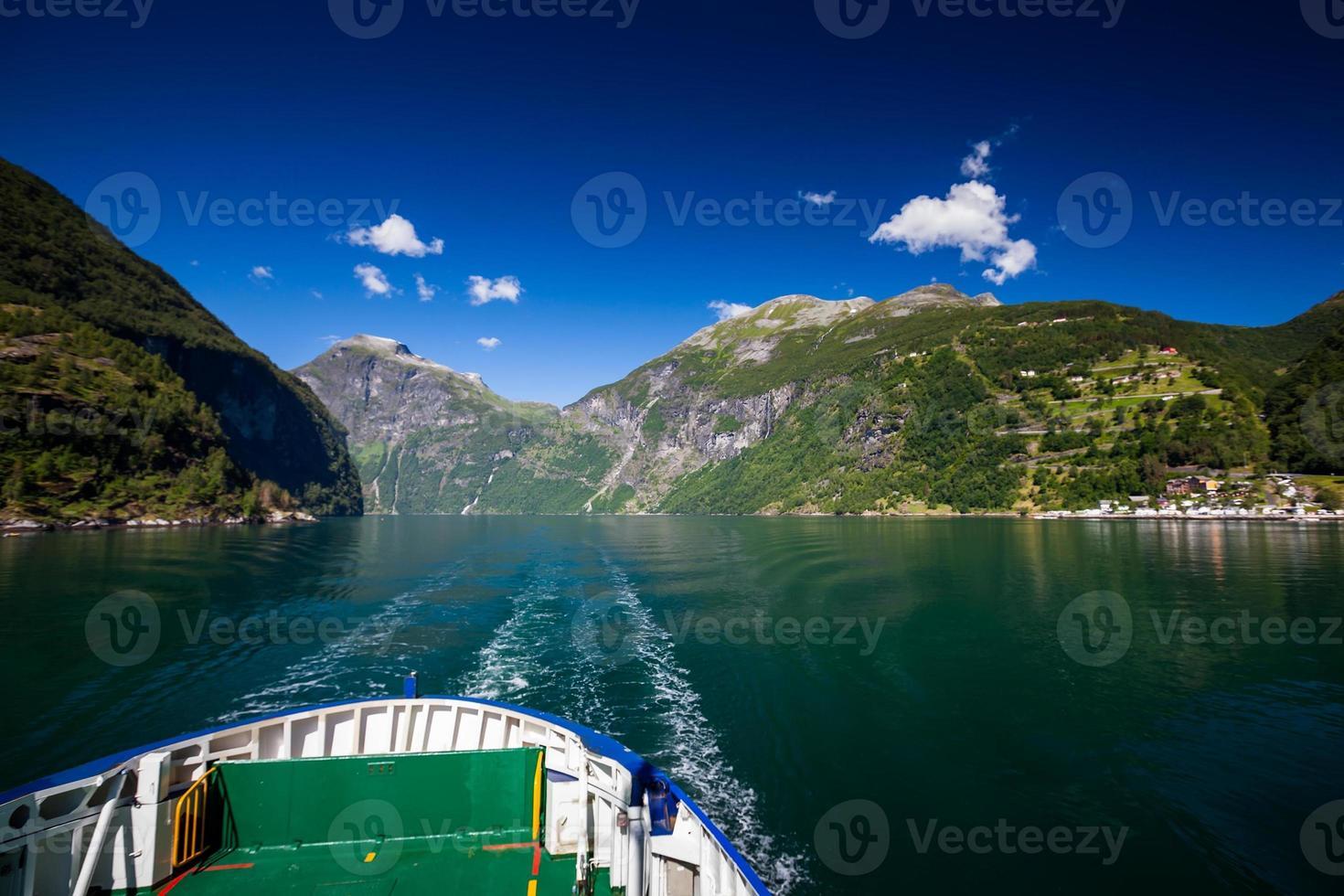 viajando ao longo do fiorde de geiranger na noruega foto