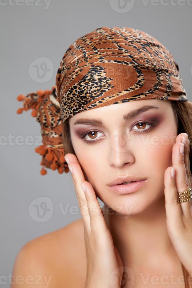 beleza caucasiana, vestindo um lenço na cabeça foto