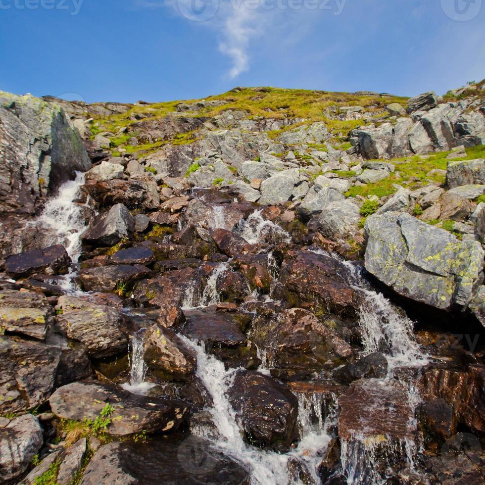 panorama de verão norueguês lindo paisagem de montanha perto de trolltunga, Noruega foto