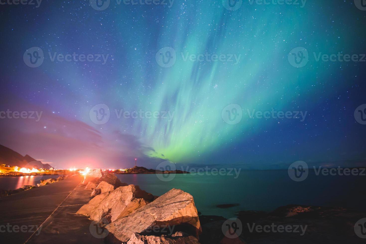 aurora boreal massiva e vibrante aurora boreal na noruega, ilhas lofoten foto