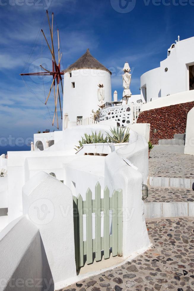Santorini - o ailse e moinho de vento em oia. foto