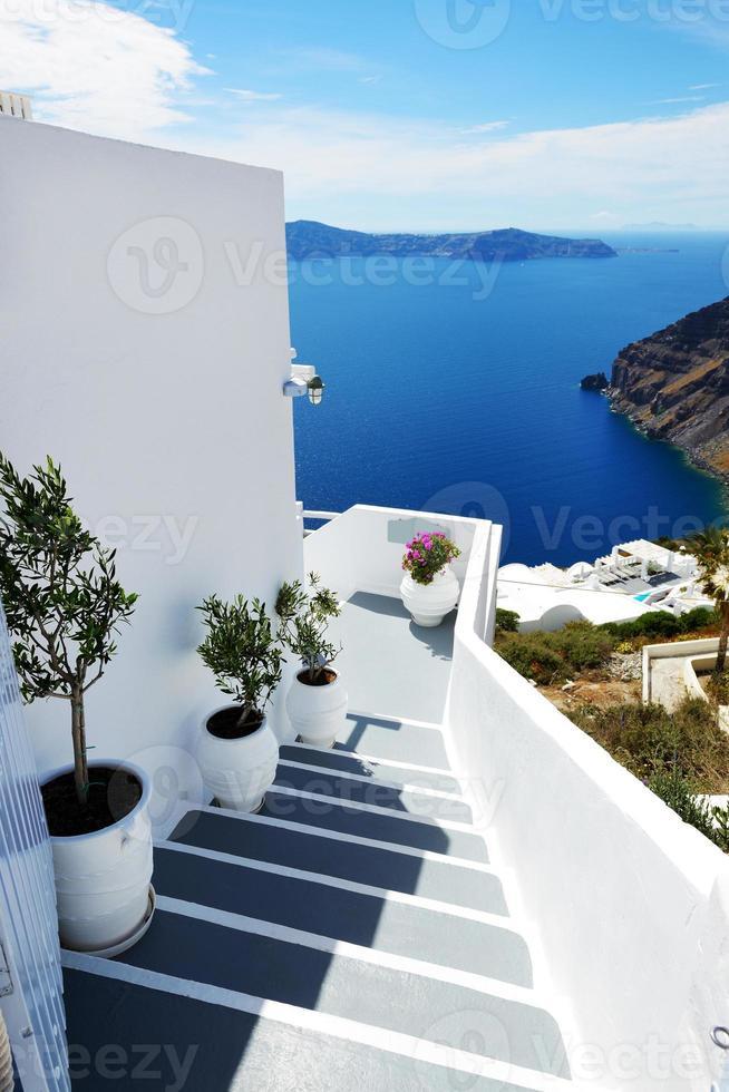 o staicase em casa e vista para o mar, ilha de santorini, grécia foto