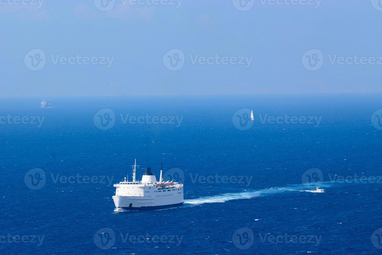 ferry navegando no mar Egeu azul foto