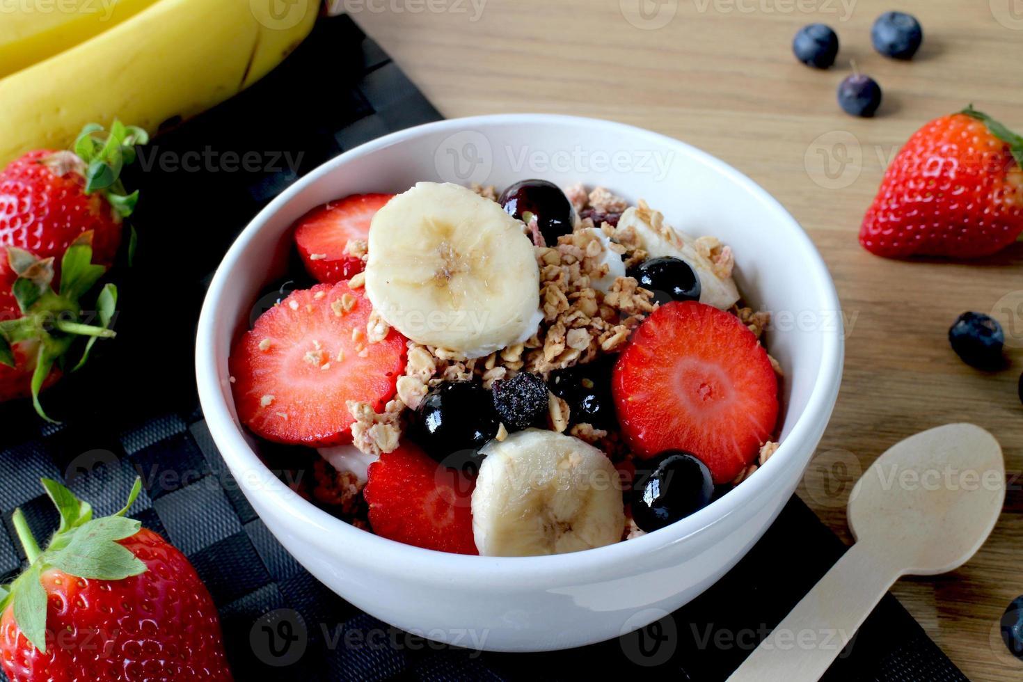 granola muesli iogurte grego e frutas foto