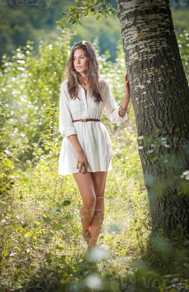 menina bonita, apreciando a natureza em uma floresta verde foto