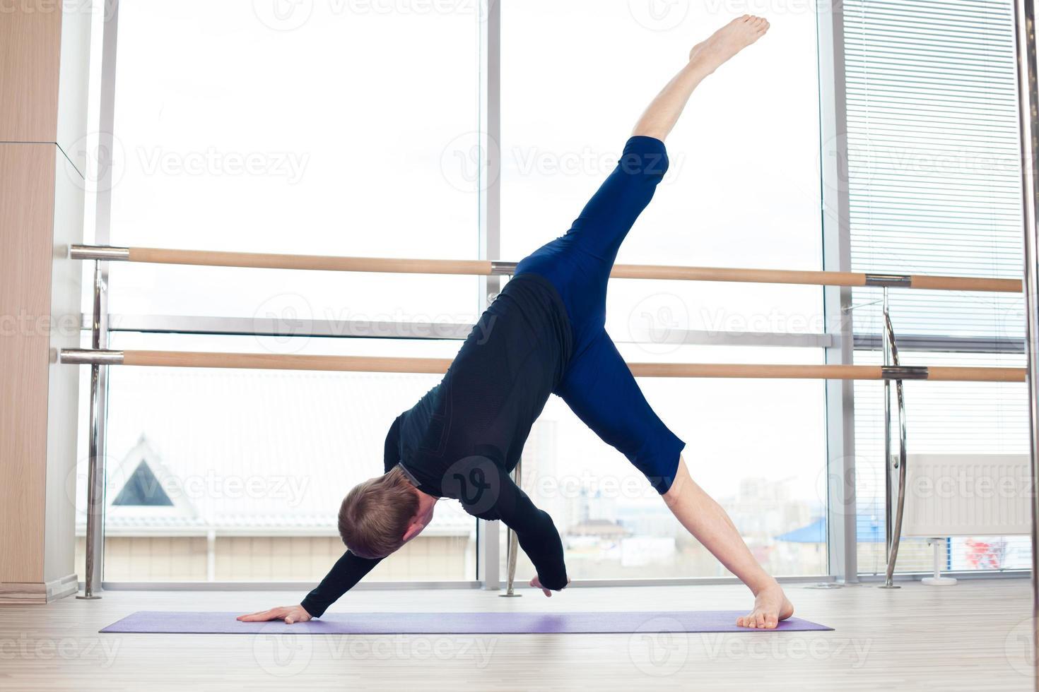 conceito de fitness, esporte, treinamento e estilo de vida - homem fazendo exercícios foto