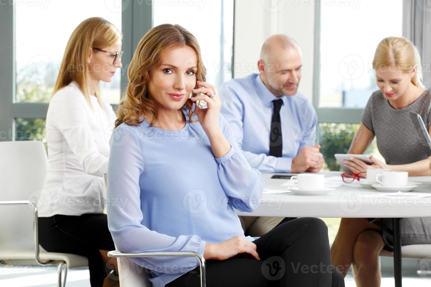 retrato de mulher de negócios atraente foto