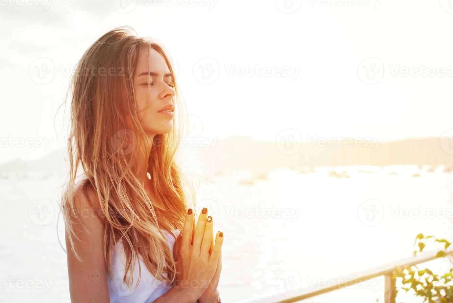 mulher praticando ioga foto