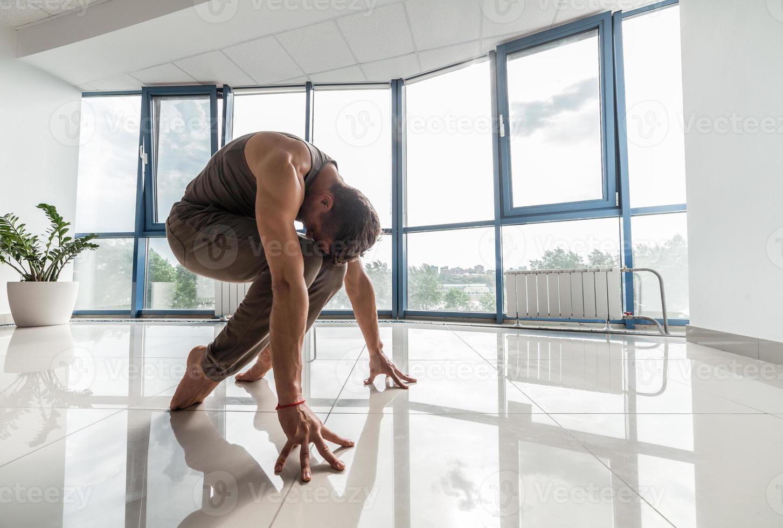 ioga de treinamento de homem na Academia foto