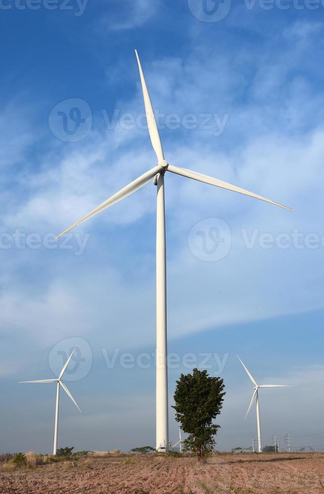 turbina eólica contra o fundo do céu azul nublado foto
