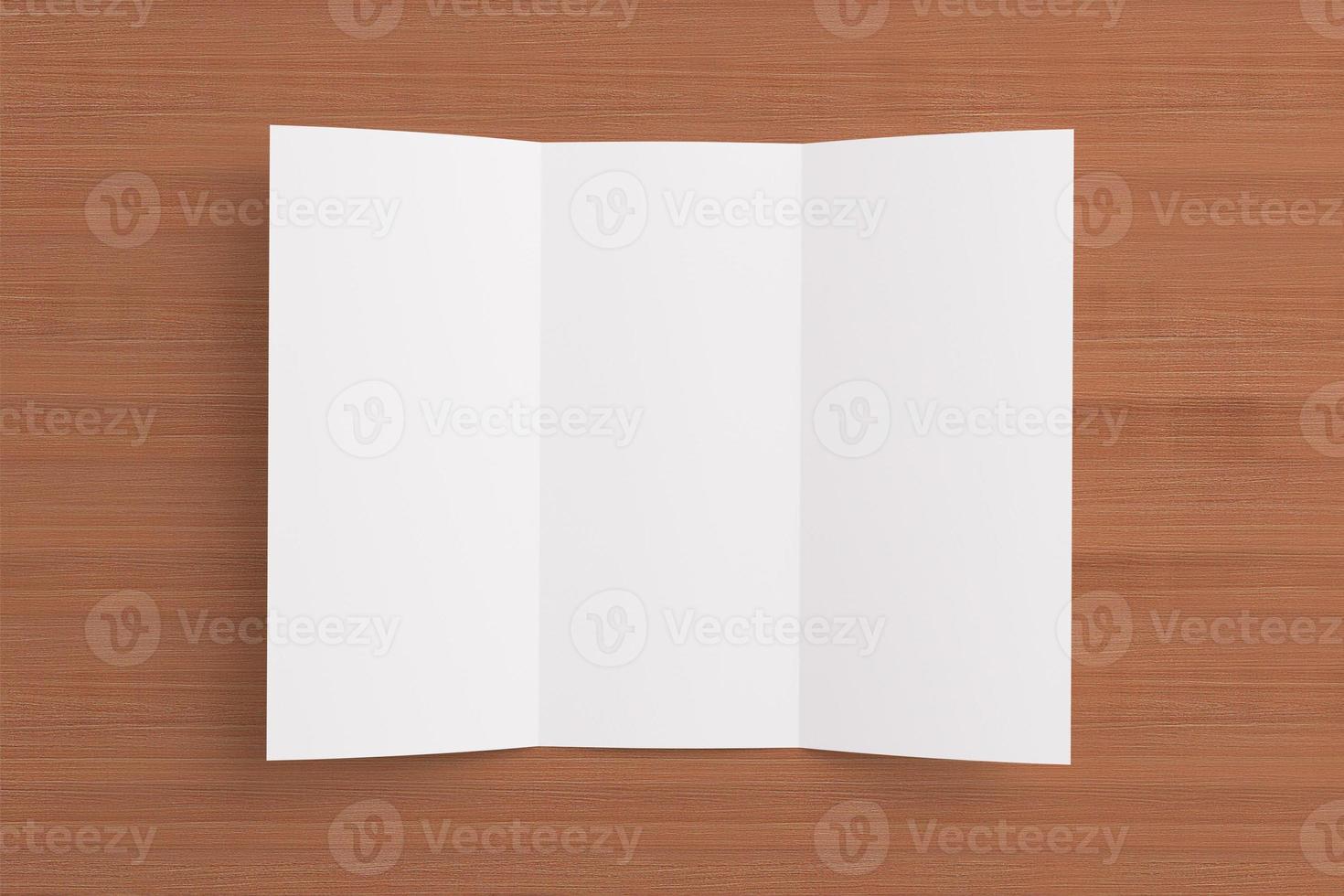 folheto dobrável em três partes em branco sobre fundo de madeira foto