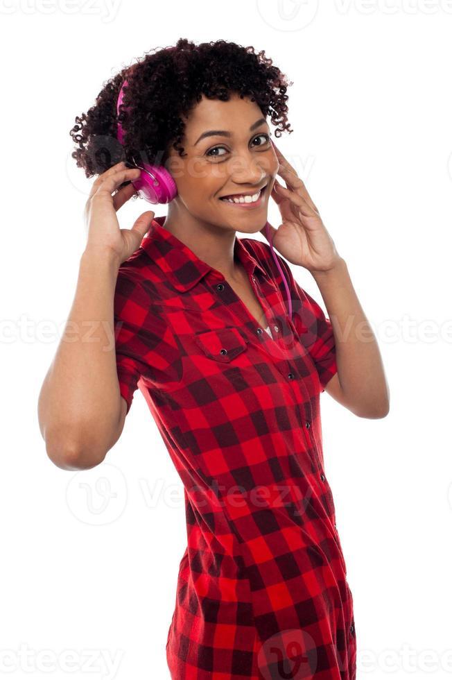 divertida garota amorosa curtindo música animada foto
