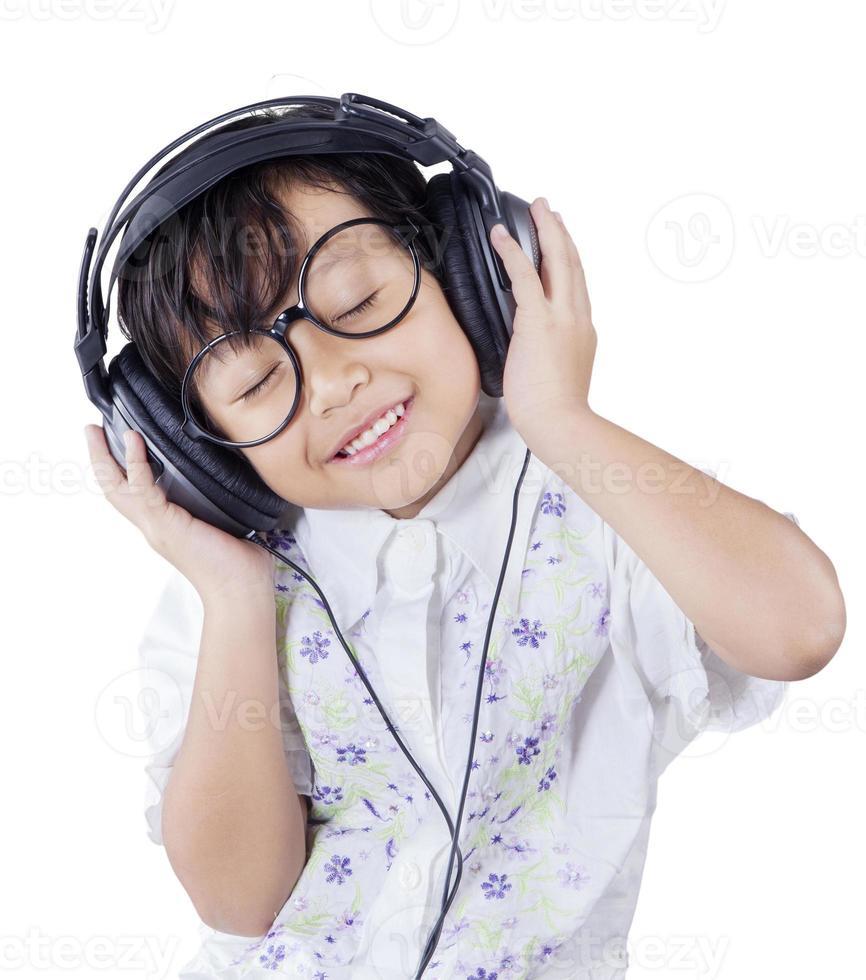 linda garotinha desfrutar de mp3 com fones de ouvido foto