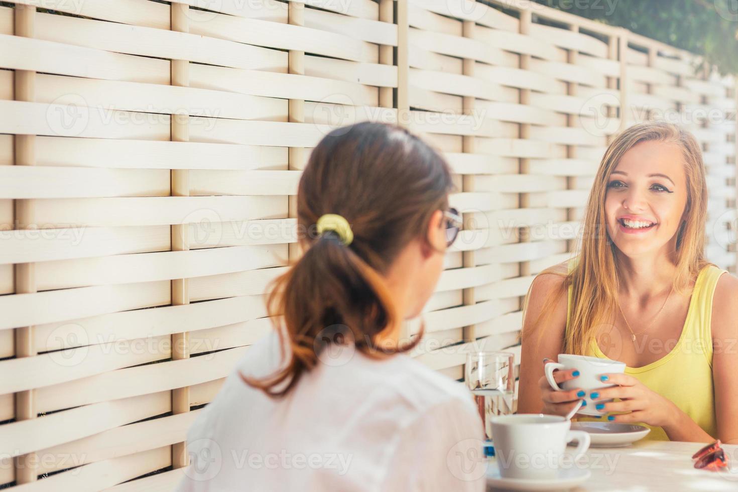 desfrutando no café com um amigo foto