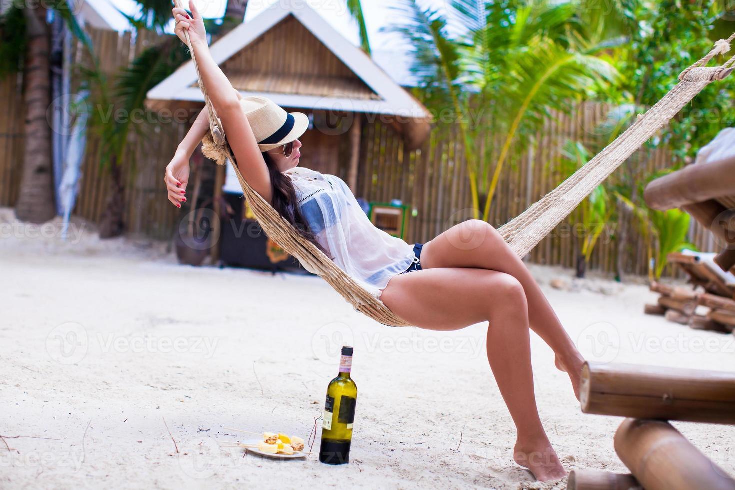 jovem, desfrutando de um dia ensolarado na rede foto