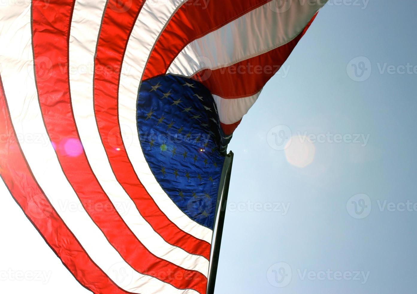 acenando a bandeira americana foto