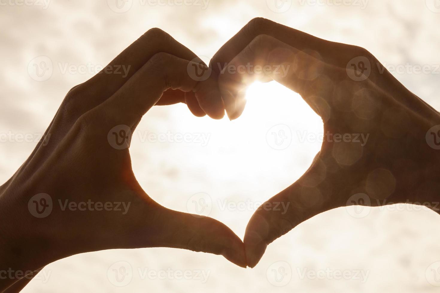 mão coração nascer pôr do sol foto