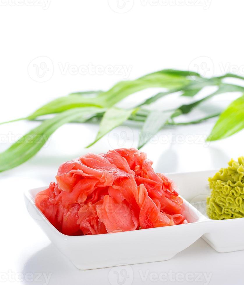 gengibre e wasabi em chapa branca com lista de bambu foto