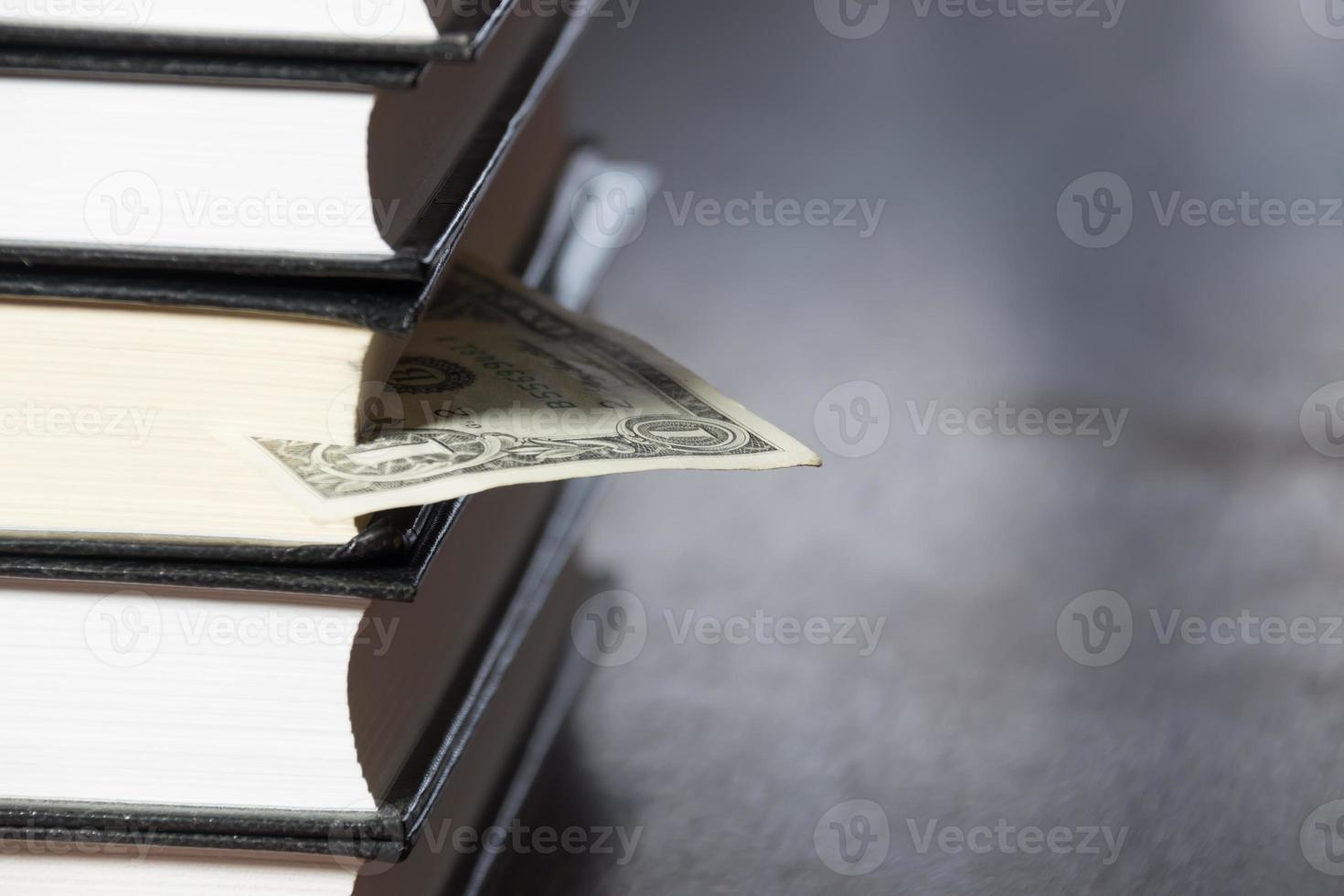 pilha de livros e dinheiro foto