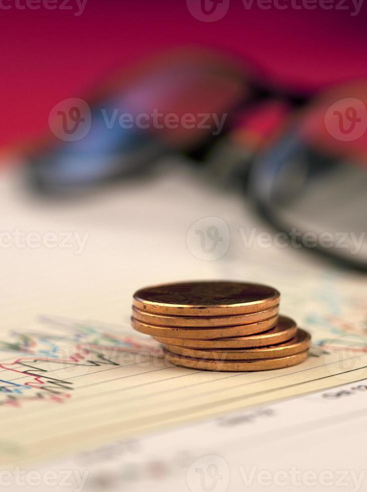 pilha de moedas de um centavo no gráfico. foto