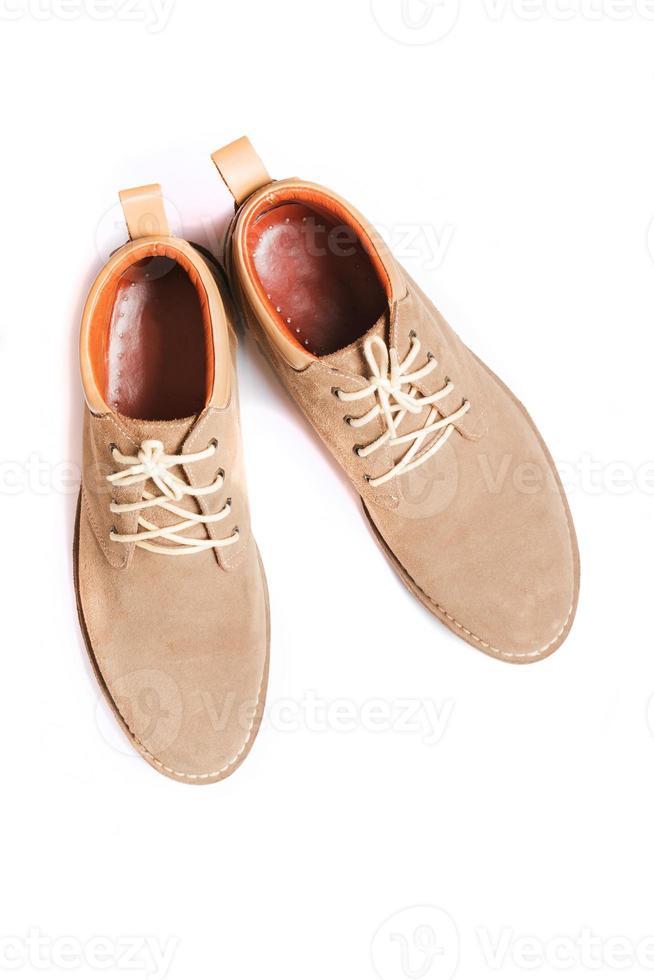 sapatos de moda marrom homem isolados no fundo branco foto