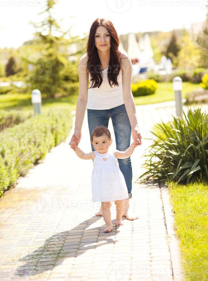 mãe sorridente andando com bebê foto