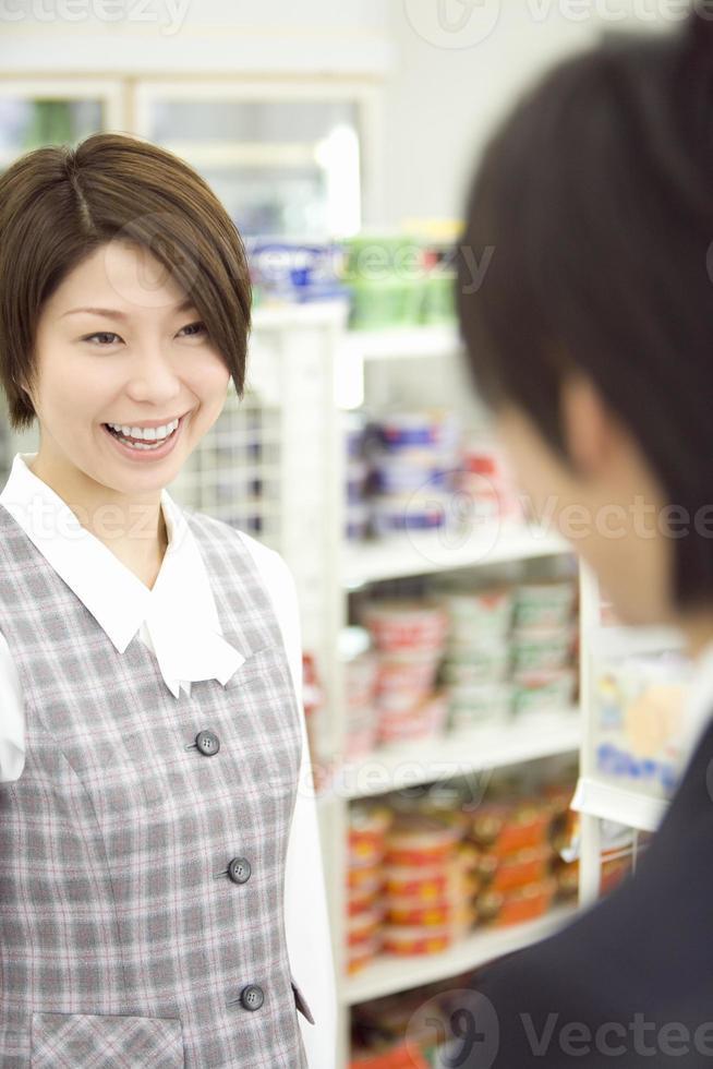 casal visitando a loja de conveniência foto