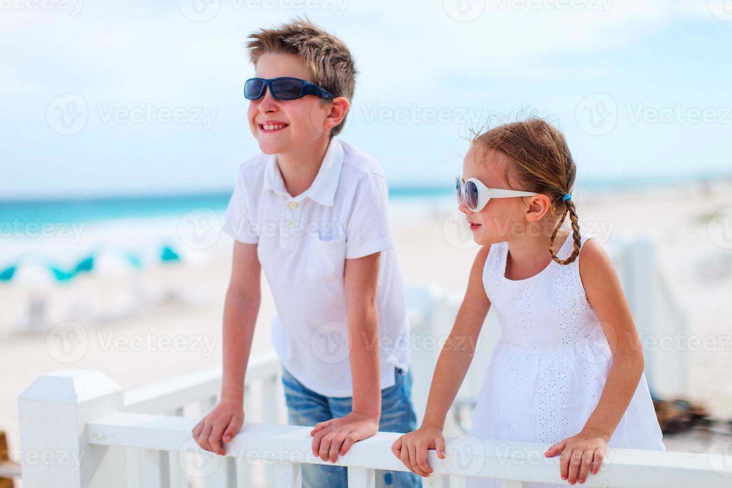 dois filhos na praia foto