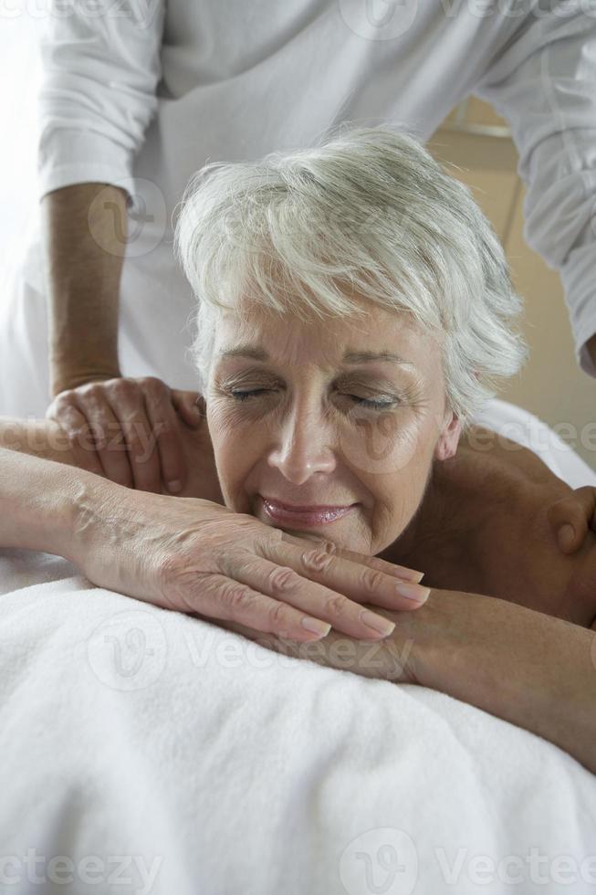 mulher sênior tendo massagem foto