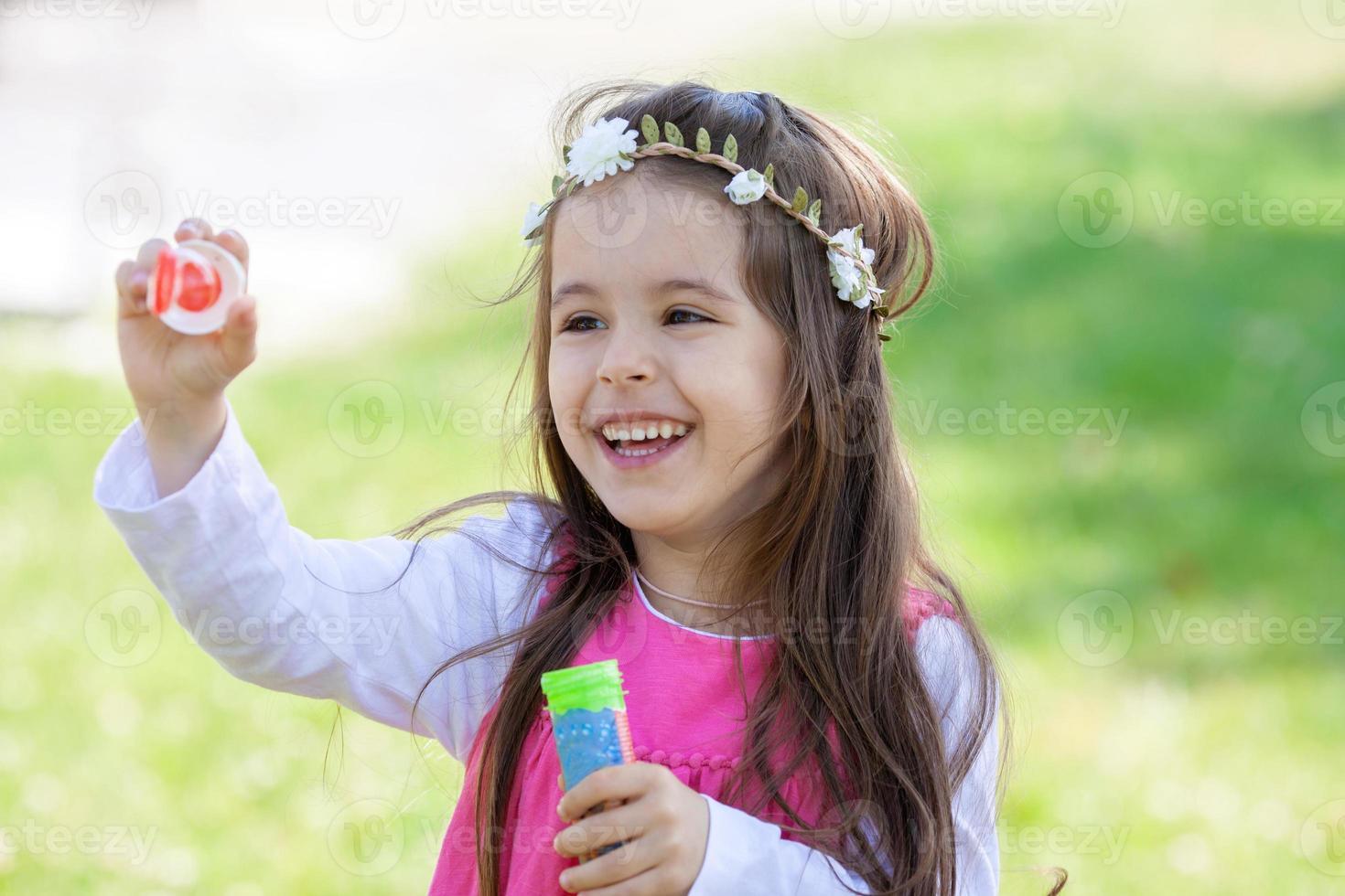 belo retrato de doce menina adorável soprando sabão bubb foto