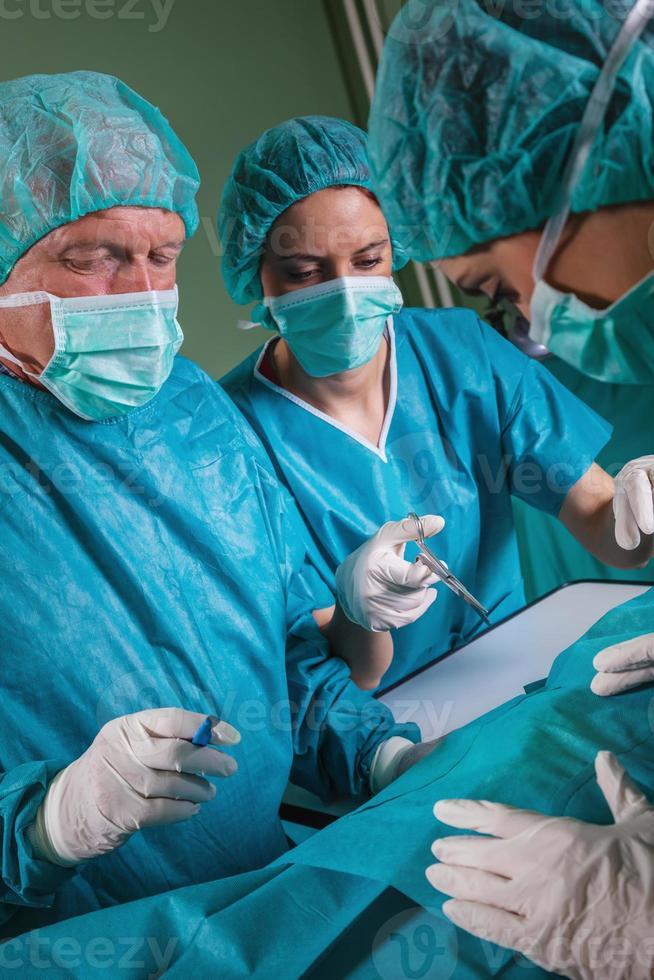 equipe de cirurgia operando foto