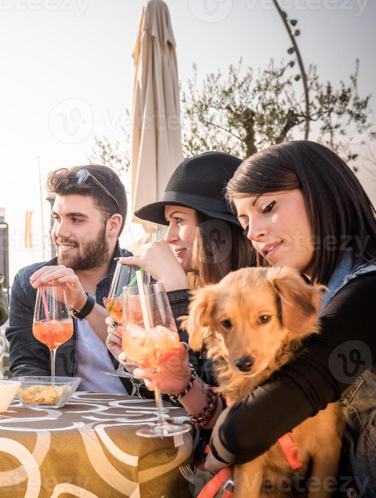 amigos a beber cocktails no café foto